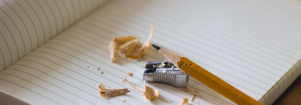 Ilustracja, ołówek i temperówka na notatniku